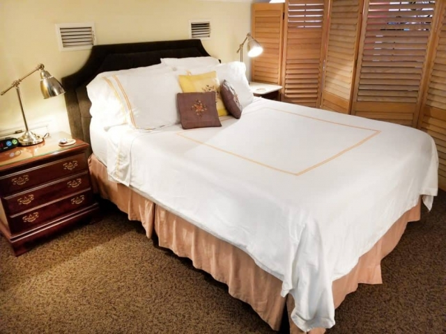 queen-pillow-top-bed-suite